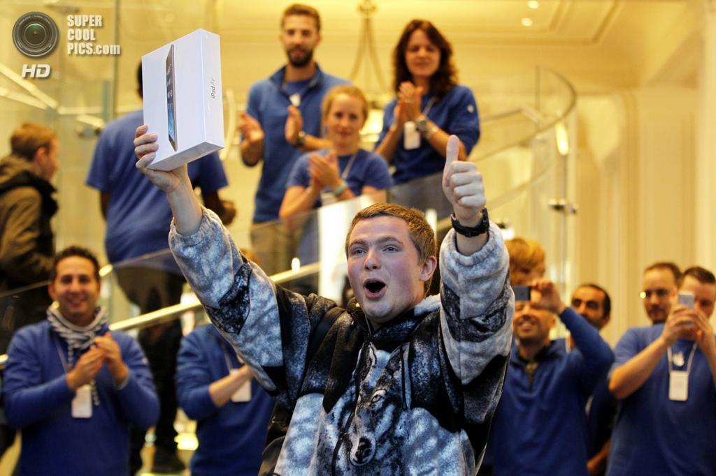 Нидерланды. Амстердам. 31 октября. Начало продаж iPad Air. (BAS CZERWINSKI/AFP/Getty Images)