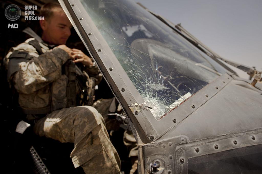 Афганистан. Сангин, Гильменд. 3 июня 2011 года. Пилот Sikorsky UH-60 Black Hawk Роберт Кэмпбелл в кабине вертолёта после миссии, где его экипаж попал под обстрел. (AP Photo/Anja Niedringhaus)