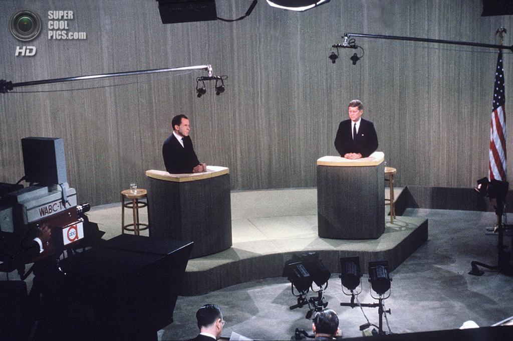 США. Нью-Йорк. 21 октября 1960 года. Вице-президент Ричард М. Никсон, республиканец, на дебатах с сенатором Джоном Ф. Кеннеди. (AP Photo)