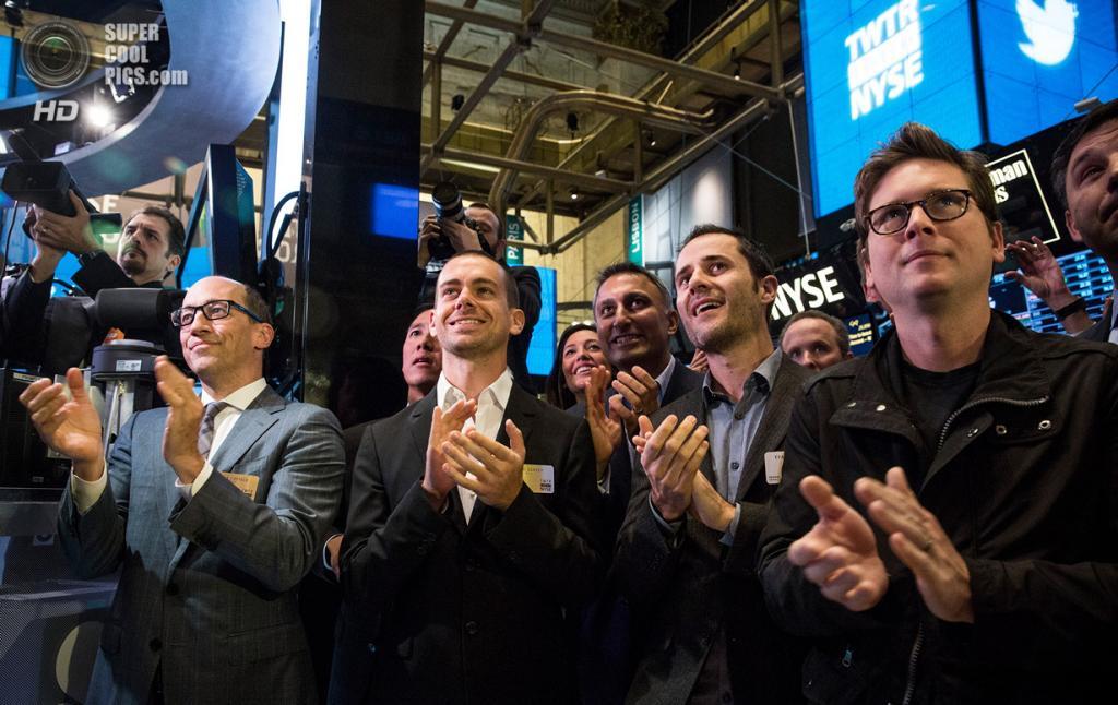 США. Нью-Йорк. 7 ноября. Генеральный директор Twitter Дик Костоло и основатели компании Эван Уильямс, Джек Дорси и Биз Стоун во время IPO на Нью-Йоркской фондовой бирже. (Andrew Burton/Getty Images)