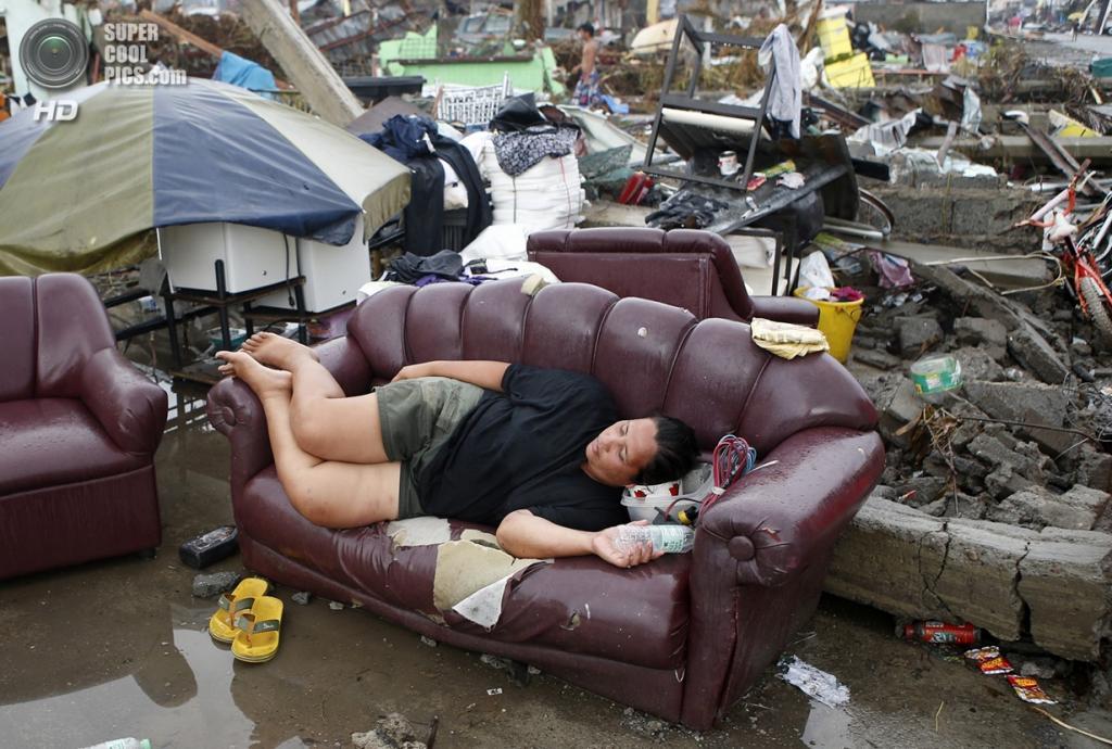 Филиппины. Пало. 12 ноября. Женщина отдыхает на уцелевшем диване. (REUTERS/Erik De Castro)