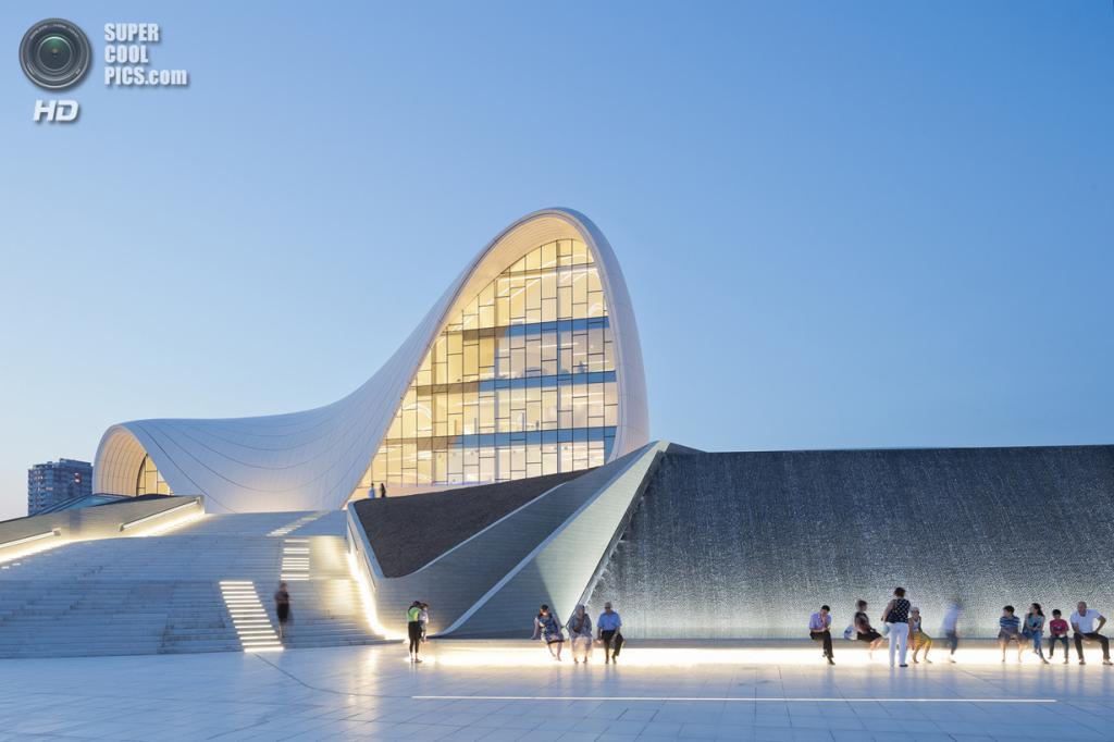 Азербайджан. Баку. Центр Гейдара Алиева, спроектированный Zaha Hadid Architects. (Iwan Baan)