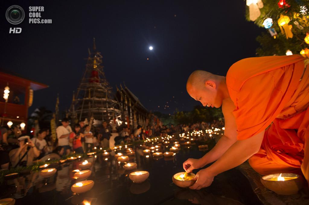 Таиланд. Чиангмай. 17 ноября. Во время фестиваля Лойкратхонг. (AP Photo/Vincent Thian)