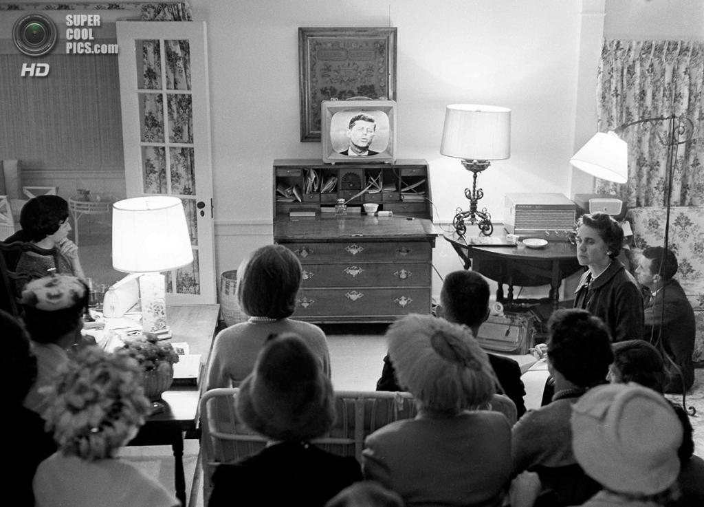 США. Гианнис-Порт, Массачусетс. 26 сентября 1960 года. Жаклин Бувье с представителями Демократической партии смотрит по телевизору дебаты Кеннеди и Никсона. (AP Photo/Bill Chaplis)