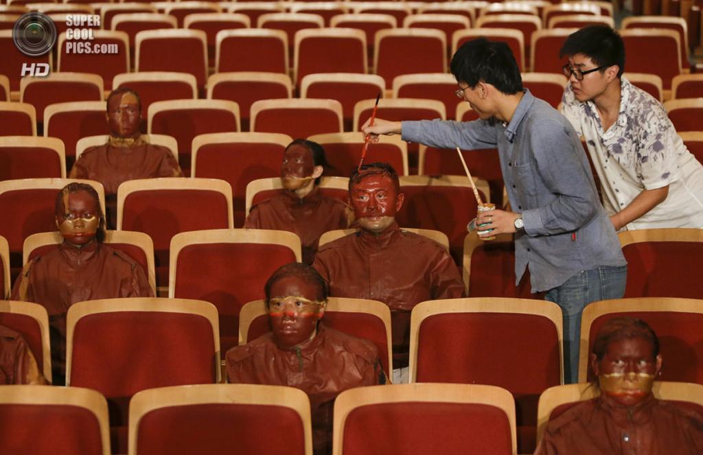 Китай. Пекин. 12 сентября 2013 года. Работа под проектом «Красный театр». Лю Болиню ассистируют несколько человек. (REUTERS/Jason Lee)