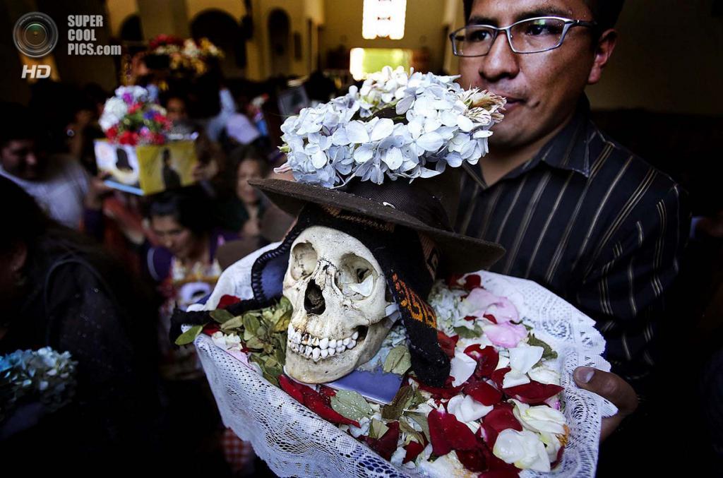 Боливия. Ла-Пас. 8 ноября. Во время празднования Дня черепов. (REUTERS/David Mercado)