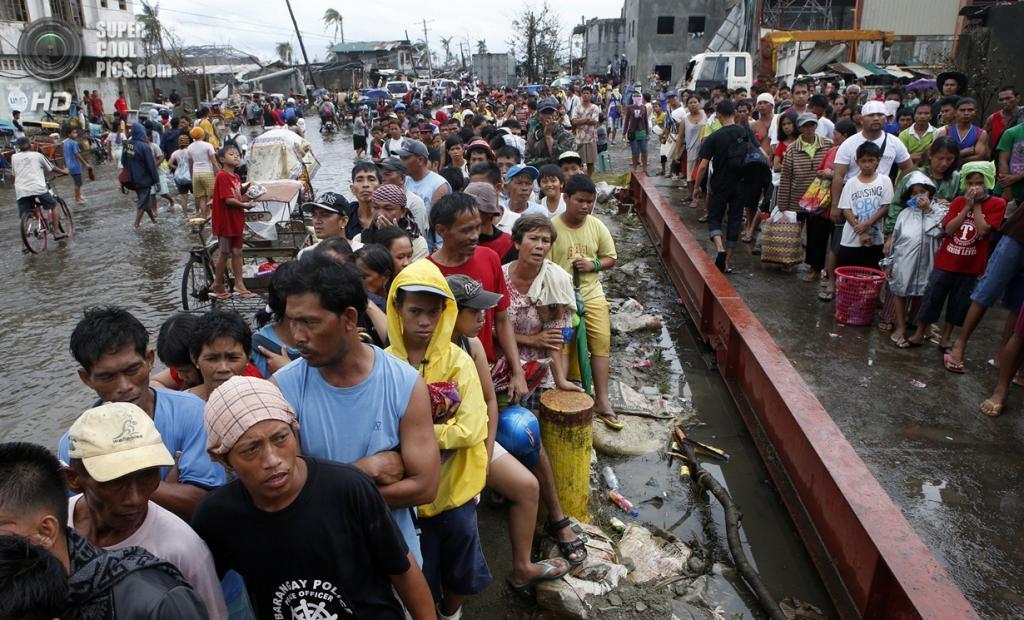 Филиппины. Таклобан. 12 ноября. Очередь за бесплатным рисом. (REUTERS/Erik De Castro)