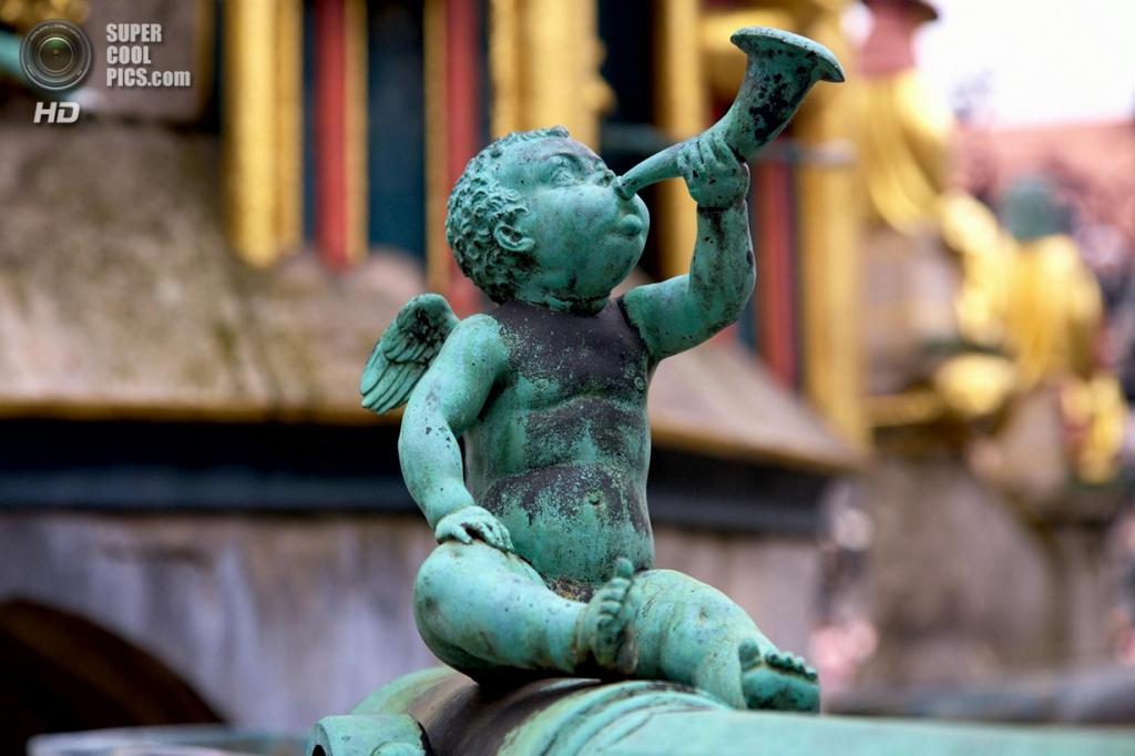 Германия. Нюрнберг, Бавария. Скульптура ангела на Рыночной площади. (Peter Specht)