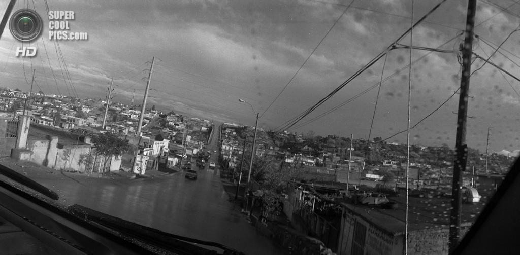 Мексика. Сьюдад-Хуарес, Чиуауа. Главная дорога в бедном пригородном районе, ведущая к границе. (Louie Palu/ZUMA Press)