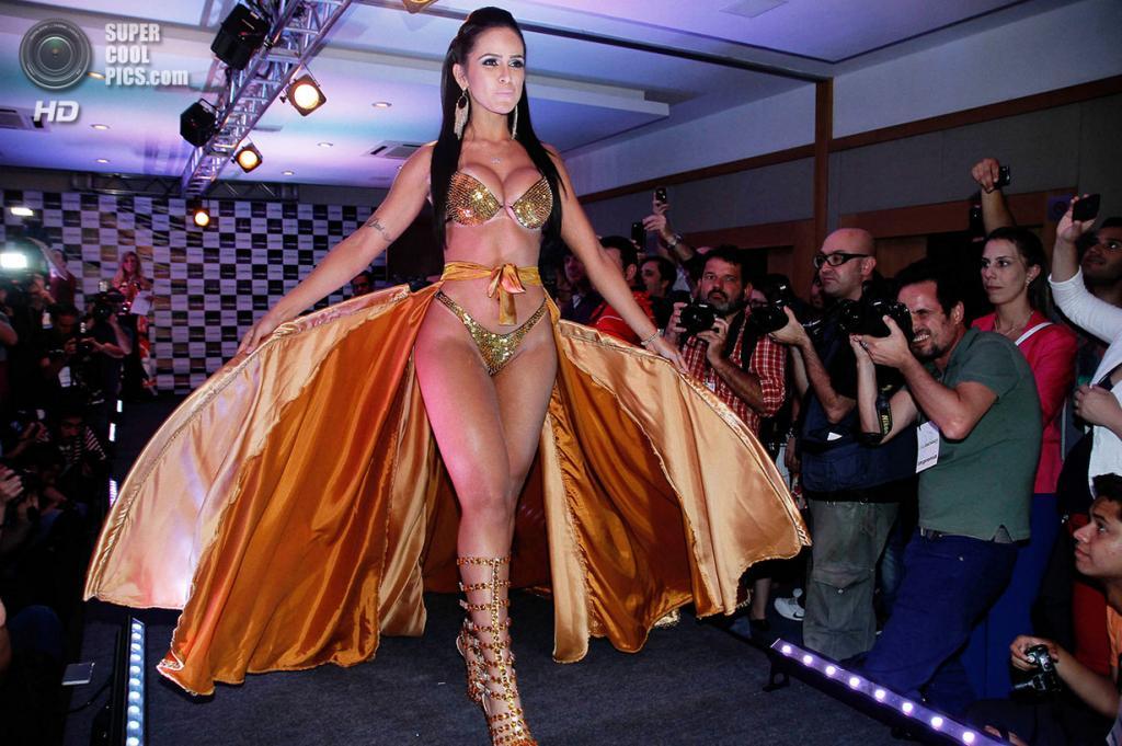 Бразилия. Сан-Паулу. 13 ноября. Даи Маседо во время финала конкурса красоты Miss Bumbum Brasil 2013. (EFE/Sebastião Moreira)