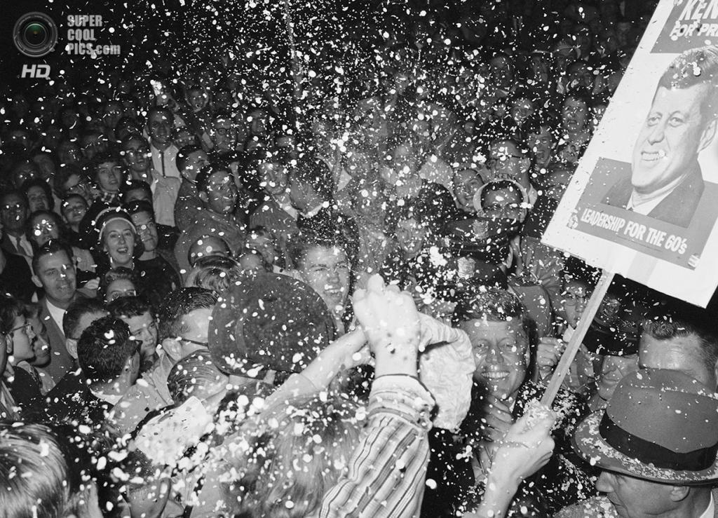 США. Миннеаполис, Миннесота. 2 октября 1960 года. Сенатор Джон Ф. Кеннеди в окружении тысяч доброжелателей. (AP Photo)