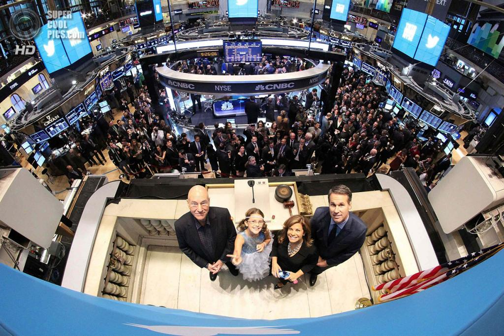 США. Нью-Йорк. 7 ноября. Актёр Патрик Стюарт, 9-летняя Вивьен Харр, Шерил Фиандака из Департамента полиции Бостона и основатель Twitter Эван Уильямс во время IPO Twitter на Нью-Йоркской фондовой бирже. (REUTERS/NYSE)