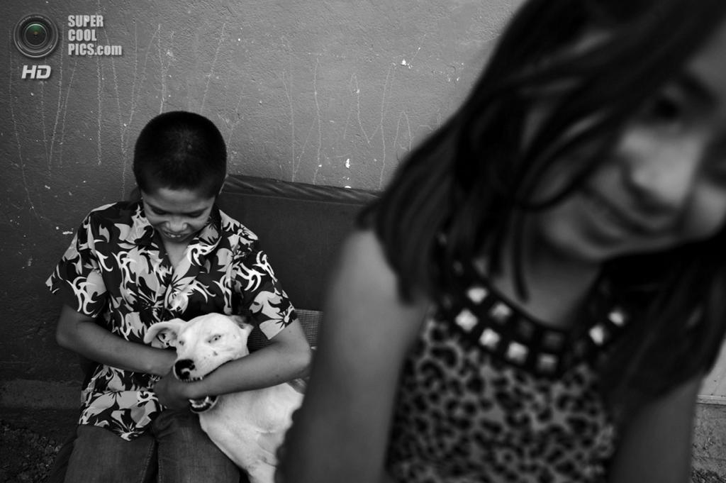 Мексика. Сьюдад-Хуарес, Чиуауа. Сироты, потерявшие родителей из-за нарковойн, в укрытии местного пастора. Тысячи детей являются жертвами криминальных разборок. (Louie Palu/ZUMA Press)