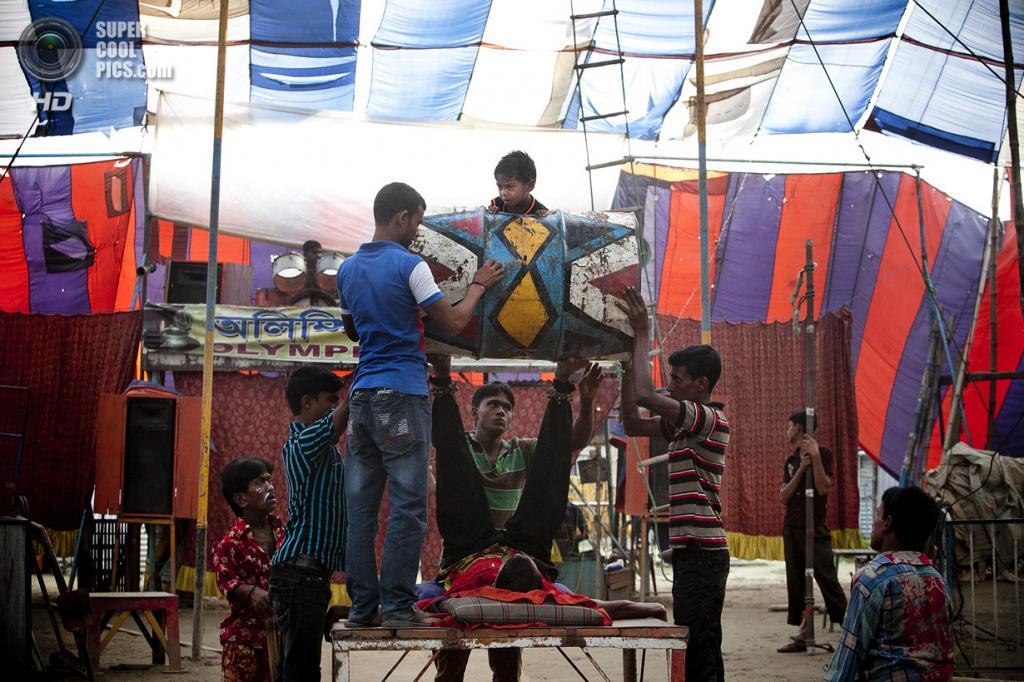 Бангладеш. Джамша. 1 ноября. Мальчик вылазит из бочки-барабана. (Getty Images)