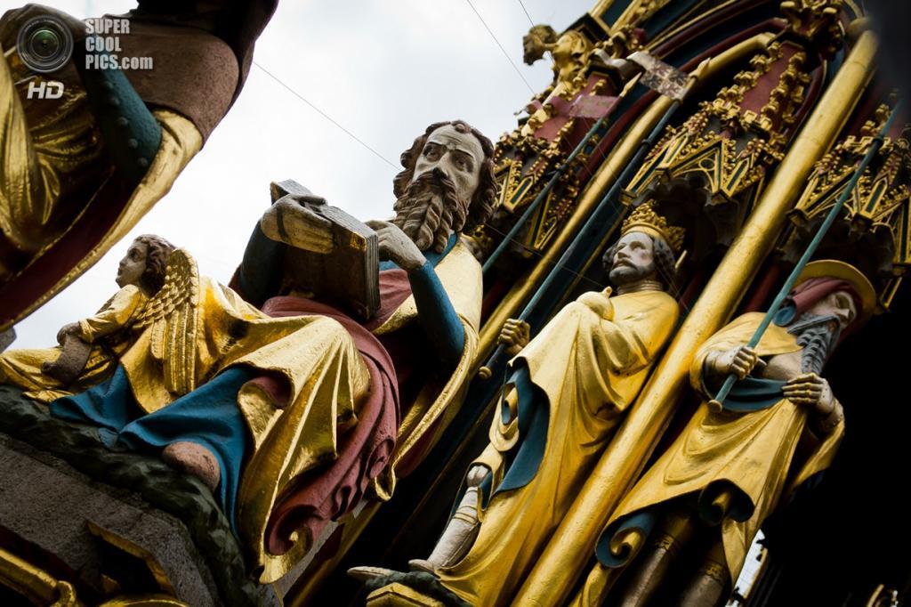 Германия. Нюрнберг, Бавария. Фонтан с золочёными скульптурами на Рыночной площади. (Marco Aversa)