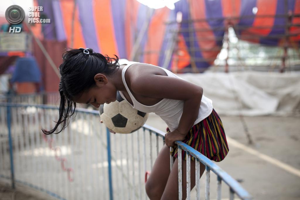 Бангладеш. Джамша. 1 ноября. 8-летняя Пуджа Саркер играет с футбольным мячом в свое свободное время. (Getty Images)