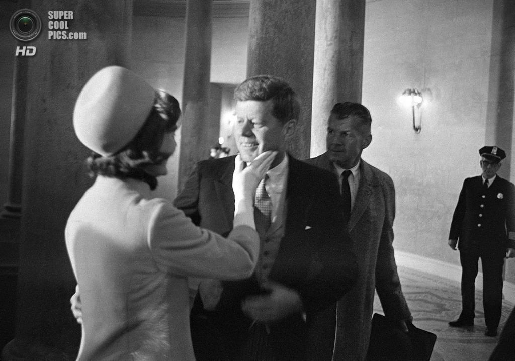 США. Вашингтон. 20 января 1961 года. Жаклин Бувье поздравляет своего мужа с инаугурацией. (AP Photo/Henry Burroughs)