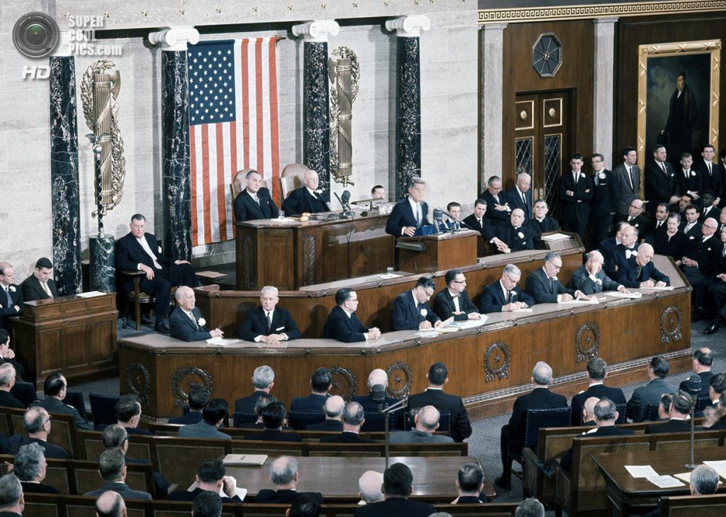 США. Вашингтон. 31 января 1961 года. Президент Джон Ф. Кеннеди адресует свою речь Конгрессу. (AP Photo/Harvey Georges)