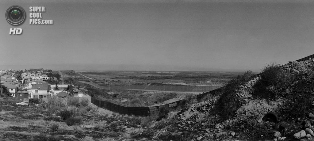 Мексика. Тихуана, Нижняя Калифорния. Две линии ограждений на американо-мексиканской границе. (Louie Palu/ZUMA Press)