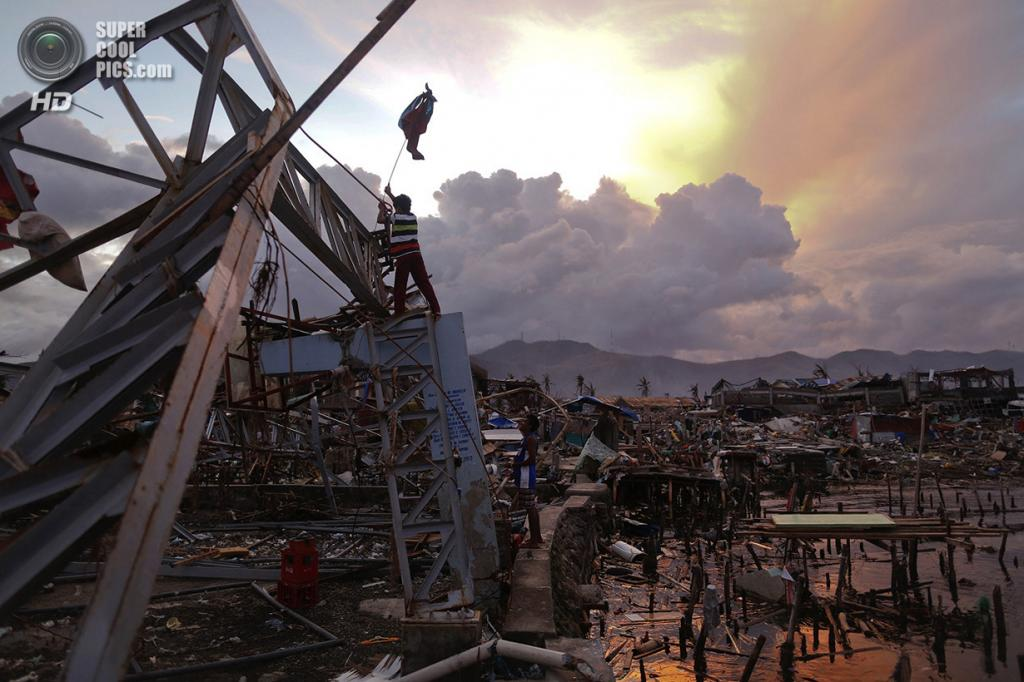 Филиппины. Танауан, Лейте. 20 ноября. Выжившие вешают флаг, символизирующий убежище. (REUTERS/Damir Sagolj)