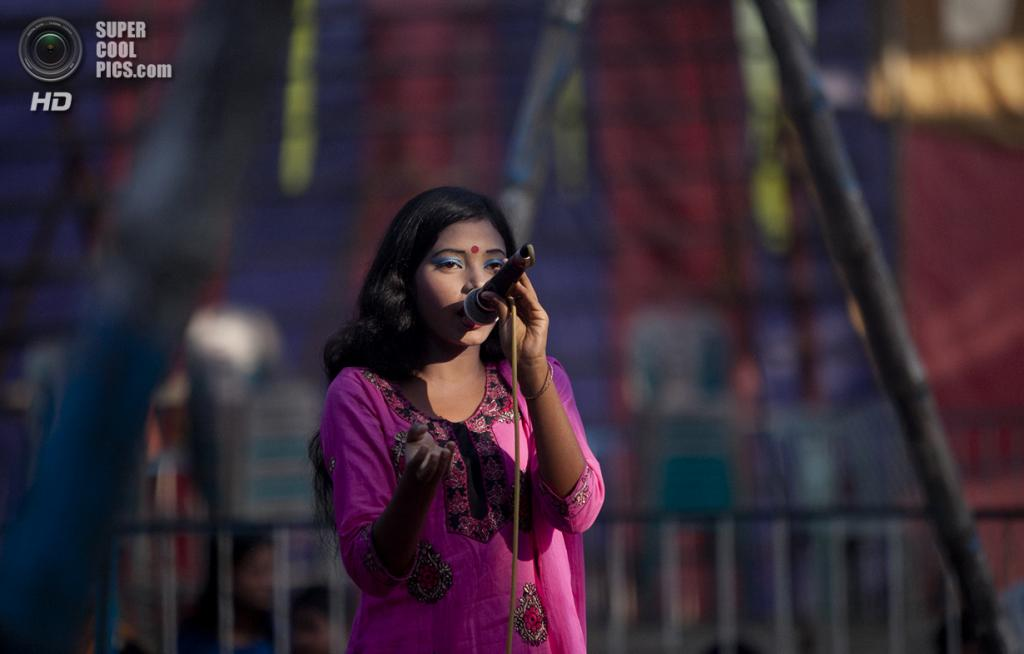 Бангладеш. Джамша. 1 ноября. 15-летняя Бити развлекает посетителей цирка пением. (Getty Images)