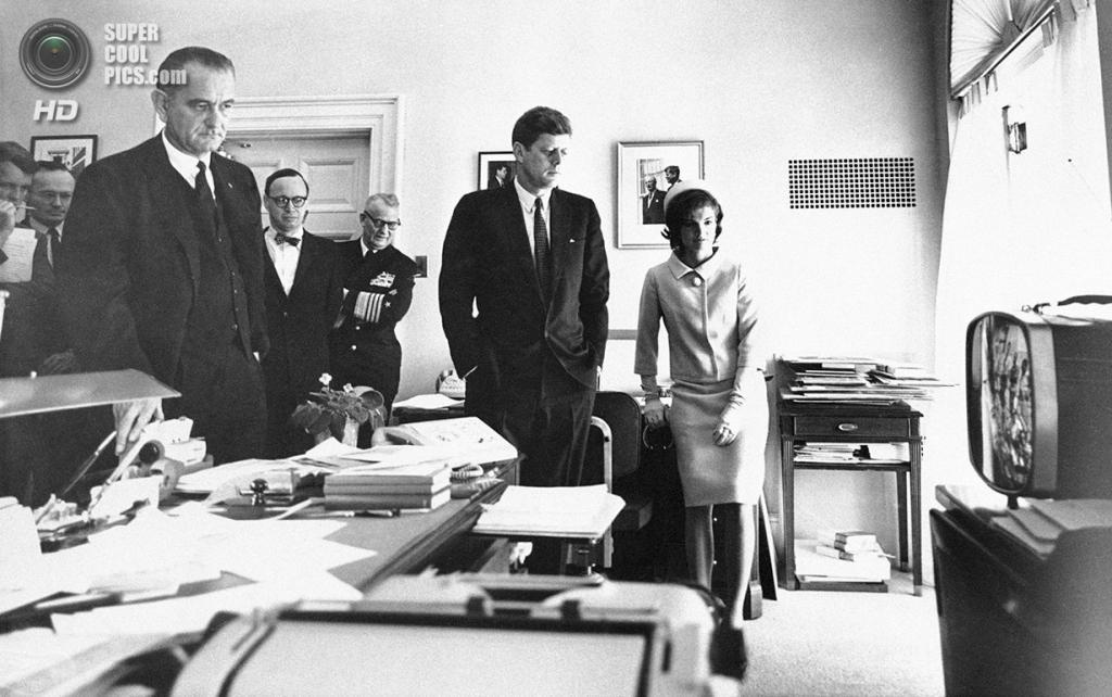 США. Вашингтон. 5 мая 1961 года. Президент Джон Ф. Кеннеди с женой Жаклин наблюдает по телевизору в Белом доме за взлётом астронавта Алана Шепарда. (AP Photo)