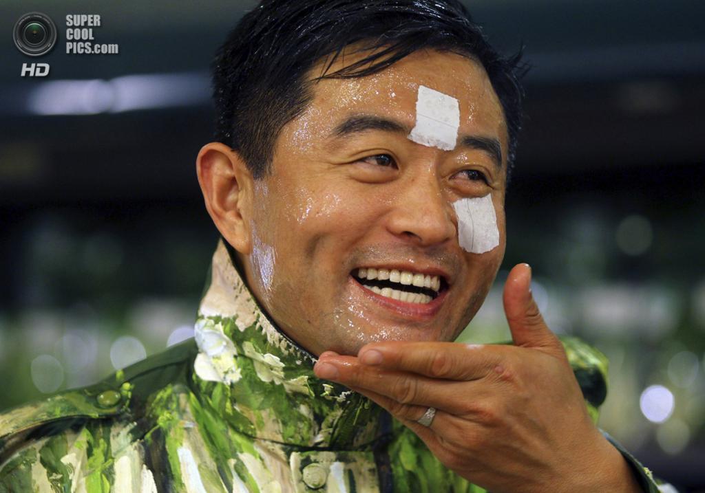 Китай. Пекин. 10 ноября 2011 года. Лю Болинь готовится к перформансу в супермаркете. (REUTERS/China Daily)