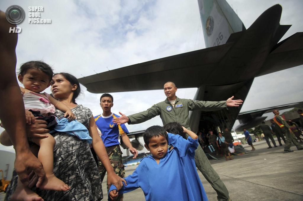 Филиппины. Манила. 12 ноября. Эвакуированные жители Таклобана у самолета. (AP Photo/Wong Maye-E)