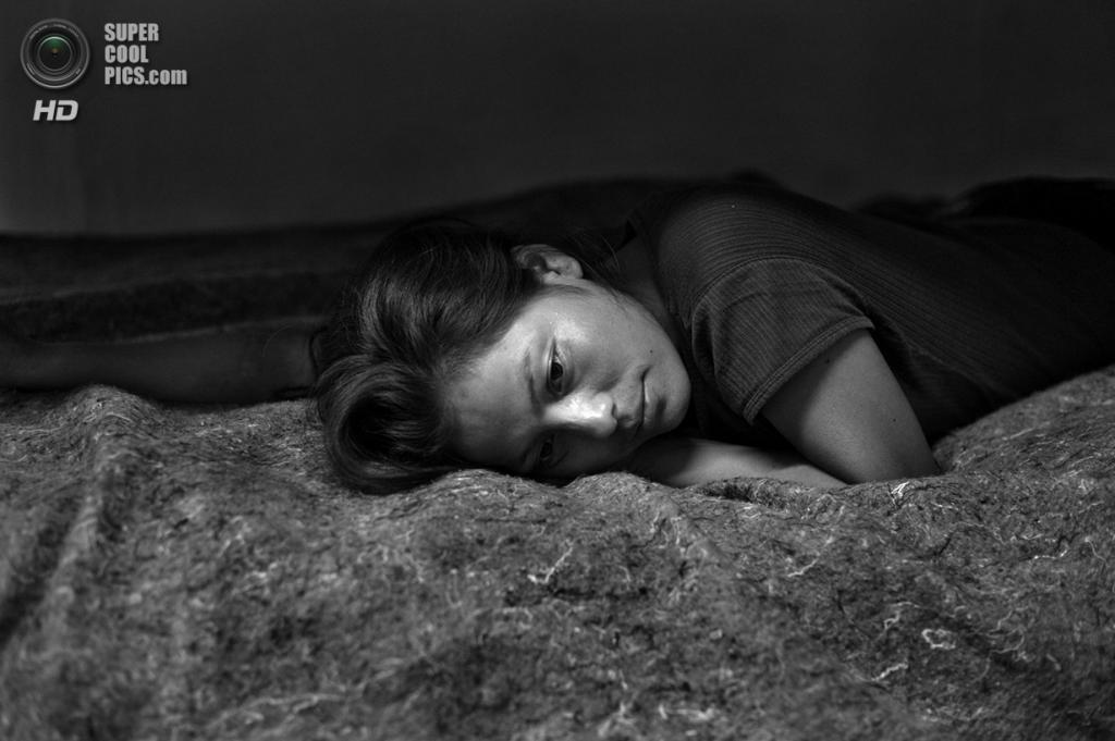 Мексика. 20-летняя Марисоль Эспиноса из Чьяпаса в укрытии для мигрантов на следующую ночь после того, как ее депортировали из США. Она перешла границу и провела в Аризоне 6 дней, пока её не поймал пограничный патруль. (Louie Palu/ZUMA Press)