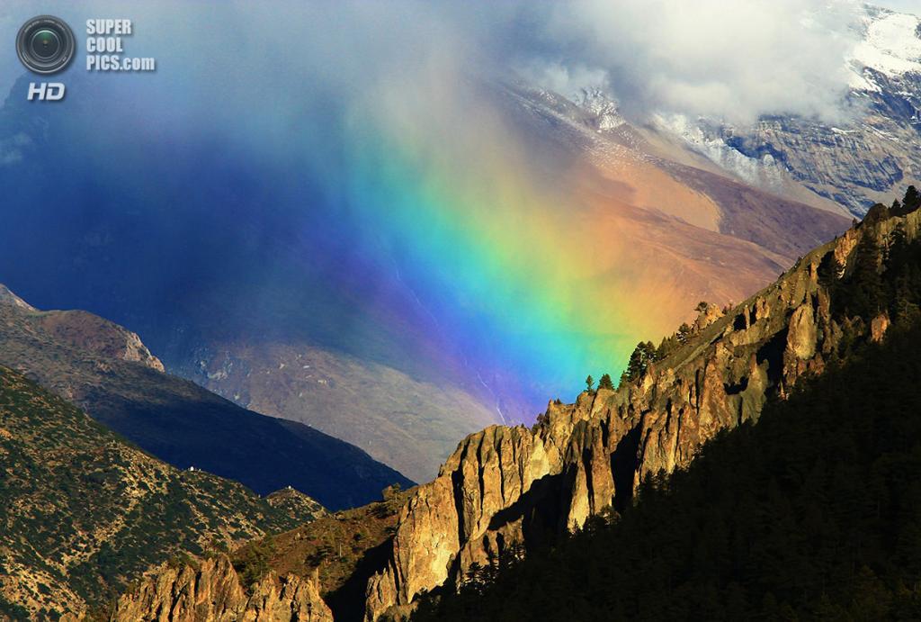 «Радуга над Гималаями». Место съемки: Кхангсар, Непал. (Ed Graham/National Geographic Photo Contest)