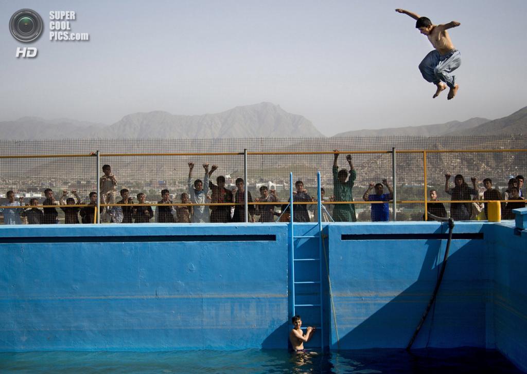 Афганистан. Кабул. 17 мая 2013 года. Афганцы плещутся в бассейне под открытым небом, построенном советскими специалистами более 30 лет назад. (AP Photo/Anja Niedringhaus)