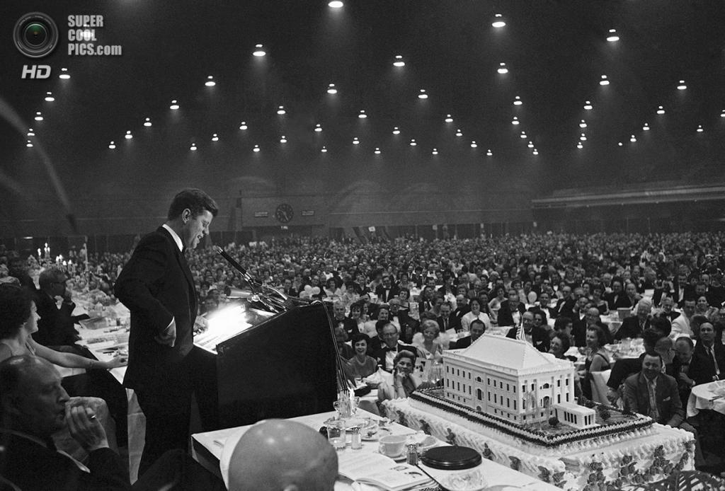 США. Вашингтон. 27 мая 1961 года. Президент Джон Ф. Кеннеди улыбается во время речи в честь своего дня рождения. Именинный торт весил 1,5 тонны. (AP Photo/Henry Griffin)