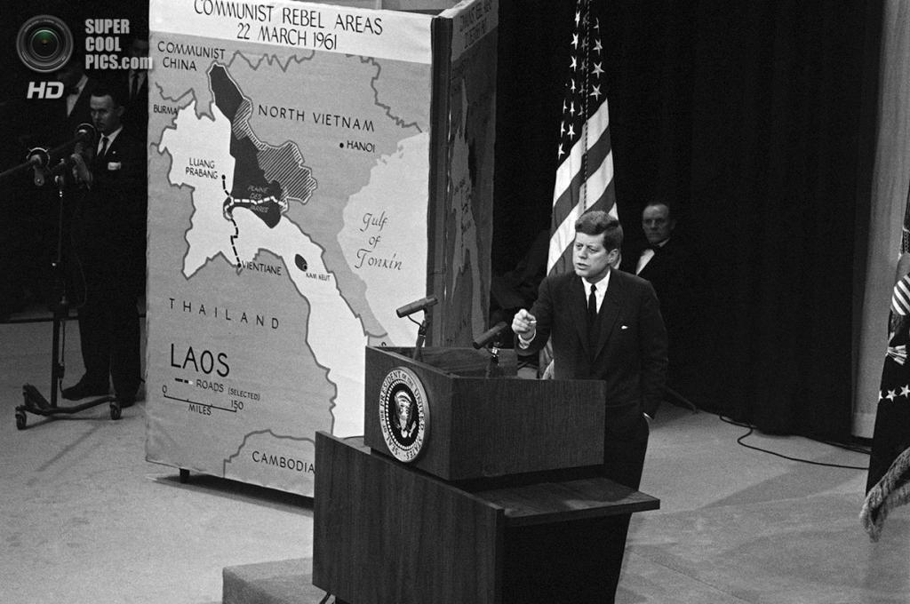 США. Вашингтон. 23 марта 1961 года. Президент Джон Ф. Кеннеди произносит речь на пресс-конференции, посвященной ситуации в Лаосе. (AP Photo)