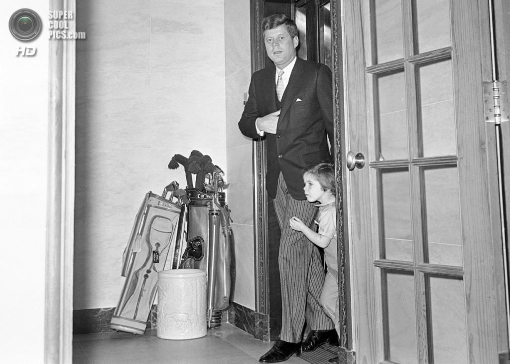 США. Вашингтон. 16 марта 1961 года. Президент Джон Ф. Кеннеди со своей трёхлетней дочерью Кэролайн в Белом доме. (AP Photo)