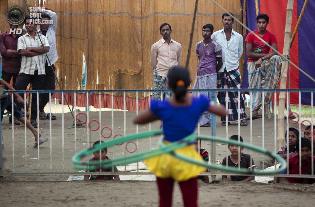 Бангладеш. Джамша. 1 ноября. 8-летняя Пуджа Саркер исполняет трюки с обручами. (Getty Images)