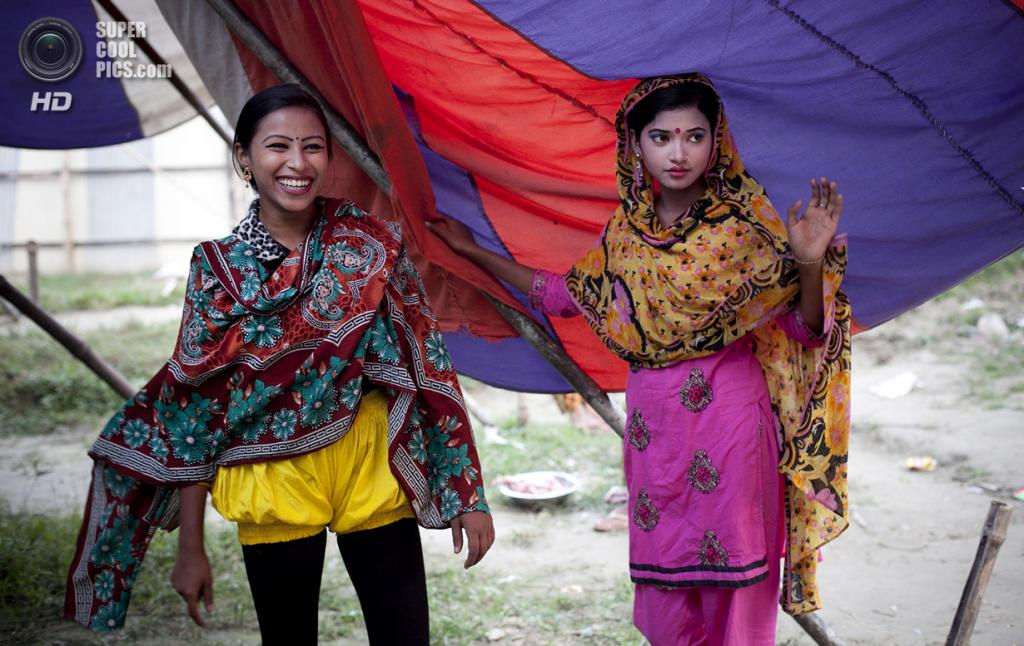 Бангладеш. Джамша. 31 октября. 16-летняя Бристи Акхтер и 15-летняя Бити. (Getty Images)
