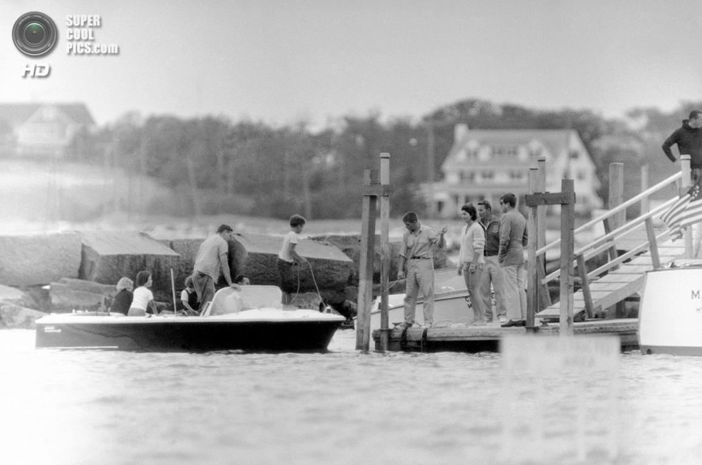 США. Гианнис-Порт, Массачусетс. 5 августа 1961 года. Президент Джон Ф. Кеннеди с женой Жаклин стоит на пирсе после катания на яхте, где он встречал постоянного представителя США в ООН Эдлая II Стивенсона. (AP Photo/RHS)