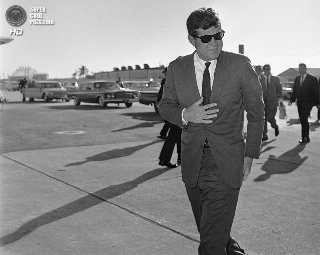США. Уэст-Палм-Бич, Флорида. 18 декабря 1961 года. Президент Джон Ф. Кеннеди на однодневном отдыхе во Флориде после тура по Латинской Америке. Он был вынужден остаться здесь из-за погодных условий. (AP Photo)
