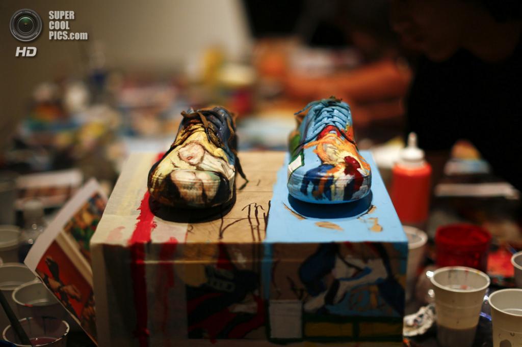 Венесуэла. Каракас. 1 ноября 2013 года. Разрисованная обувь Лю Болиня. (REUTERS/Jorge Silva)
