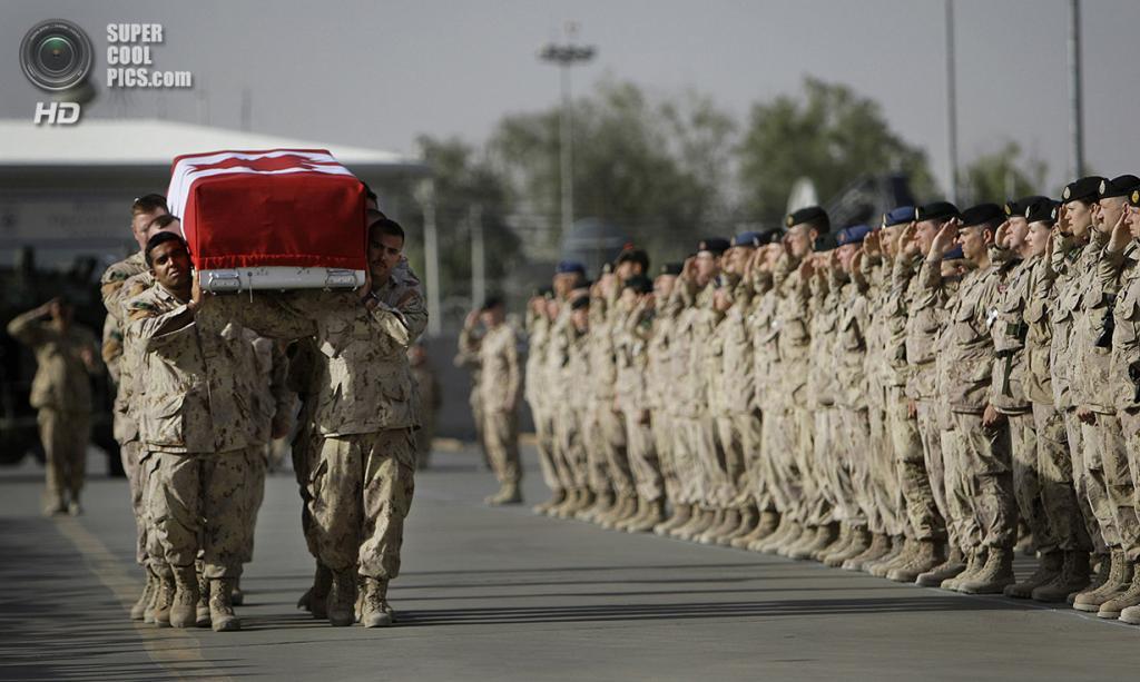 Афганистан. Кандагар. 26 мая 2010 года. Траурная церемония по канадскому солдату. (AP Photo/Anja Niedringhaus)