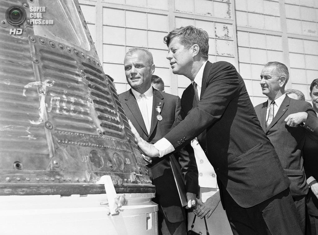 США. Канаверал, Флорида. 23 февраля 1962 года. Астронавт Джон Гленн с президентом Джоном Ф. Кеннеди осматривает космический корабль «Френдшип-7» перед полётом «Меркурий-Атлас-6». (AP Photo)