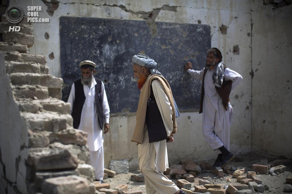 Афганистан. Будьяли, Нангархар. 19 марта 2013 года. Афганцы на месте разрушенной школы. (AP Photo/Anja Niedringhaus)