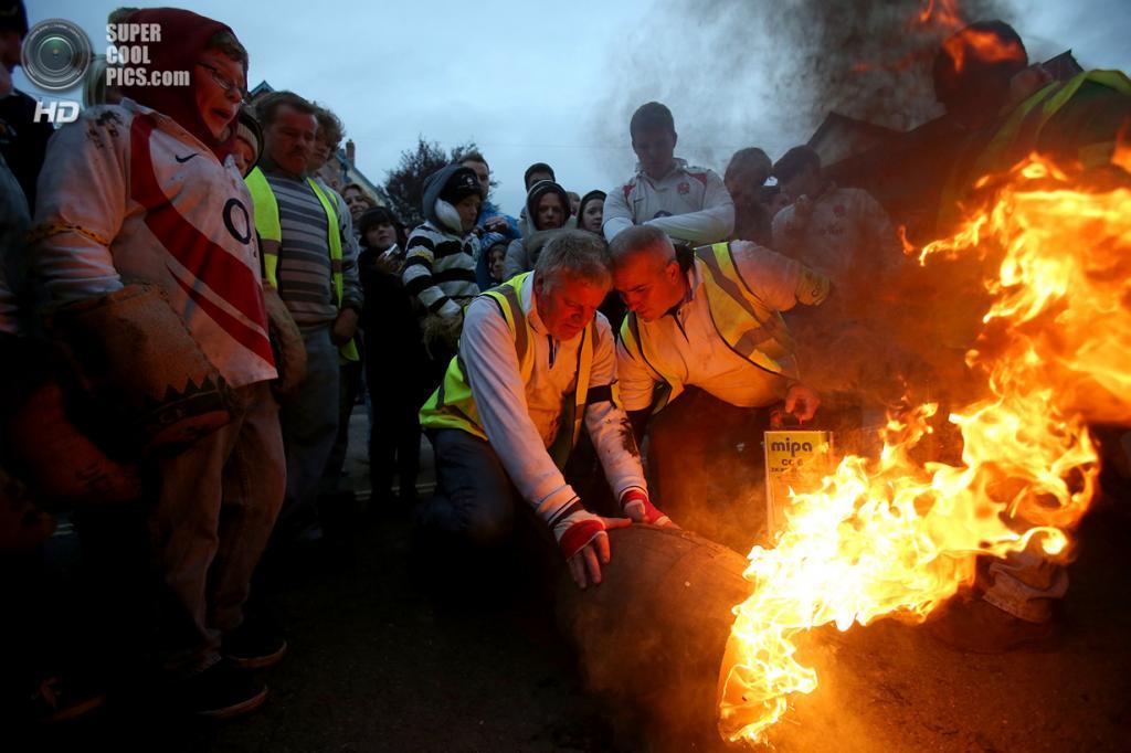 Великобритания. Оттери-Сент-Мэри, Девон, Англия. 5 ноября. На ежегодном фестивале смоляных бочек. (Matt Cardy/Getty Images)