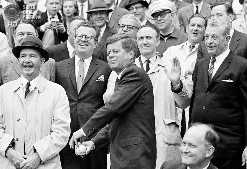 США. Вашингтон. 8 апреля 1962 года. Президент Джон Ф. Кеннеди дает старт новому сезону Американской лиги бейсбола. (AP Photo)