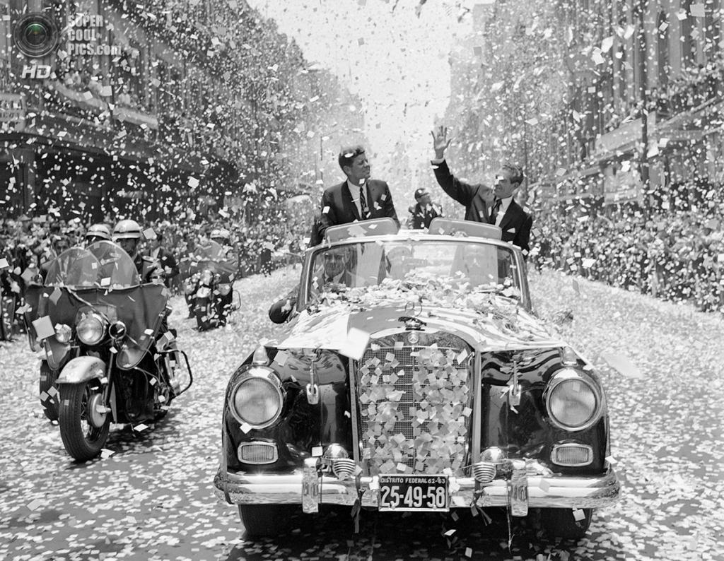 Мексика. Мехико. 29 июня 1962 года. Президент США Джон Ф. Кеннеди и президент Мексики Адольфо Лопес Матеос тонут в море конфетти. (AP Photo)