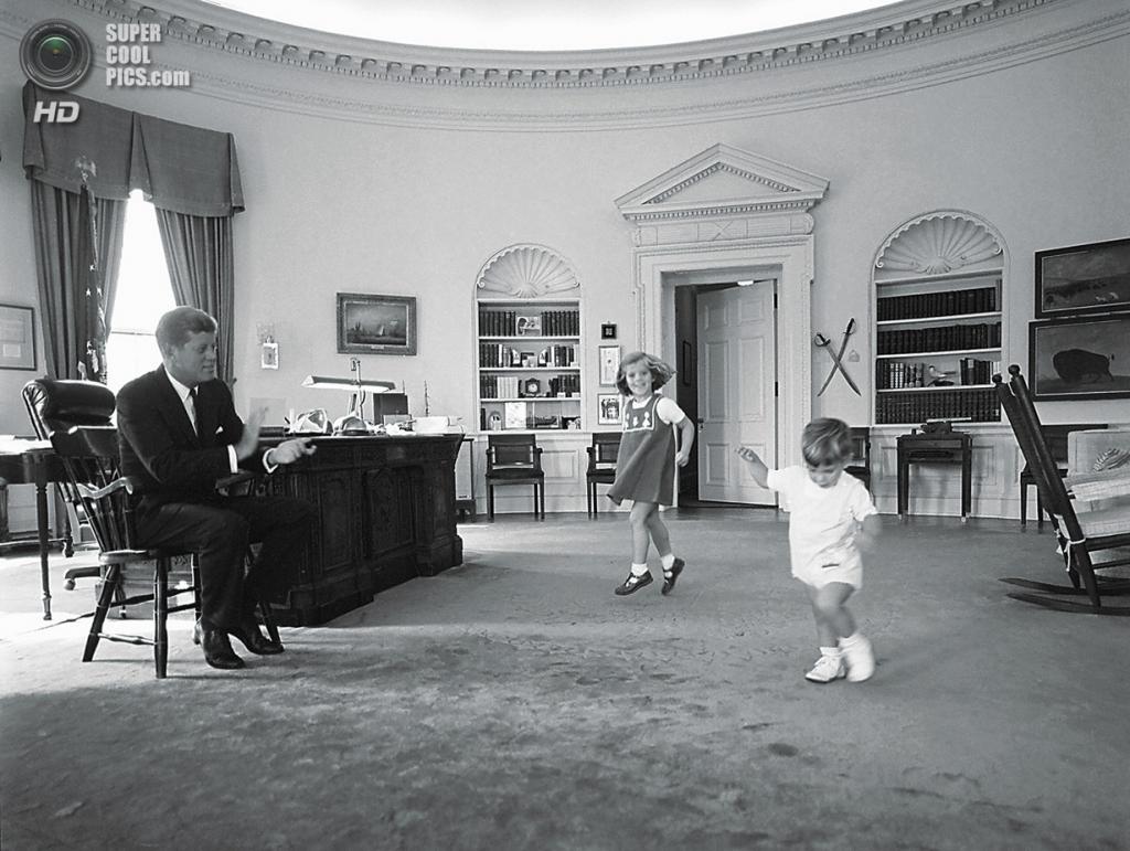 США. Вашингтон. 8 октября 1962 года. Президент Джон Ф. Кеннеди играет с детьми. (AP Photo/White House/Cecil Stoughton)
