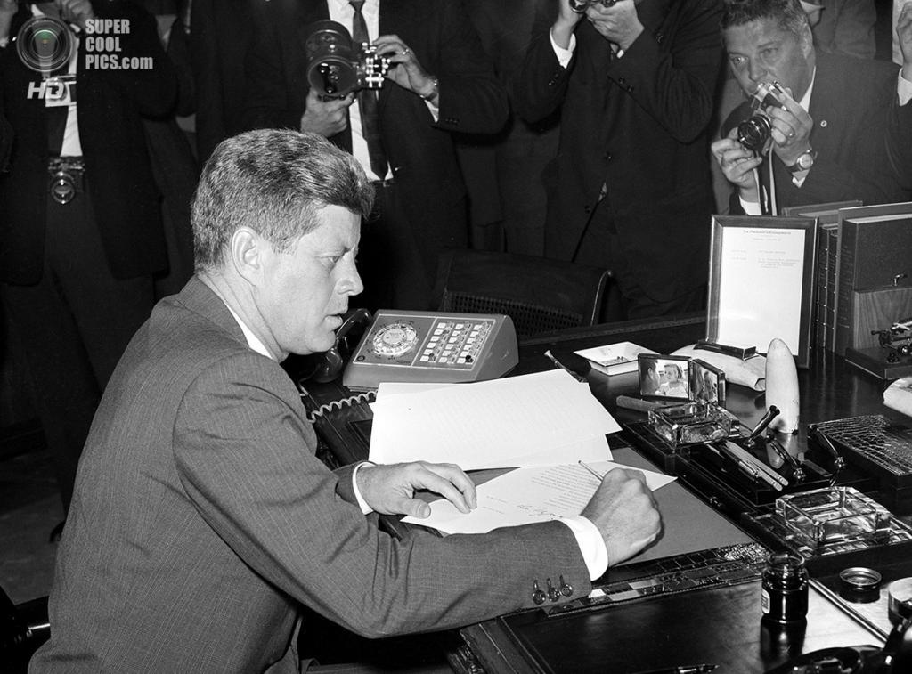 США. Вашингтон. 23 октября 1962 года. Президент Джон Ф. Кеннеди подписывает президентский указ касательно Карибского кризиса. (AP Photo)