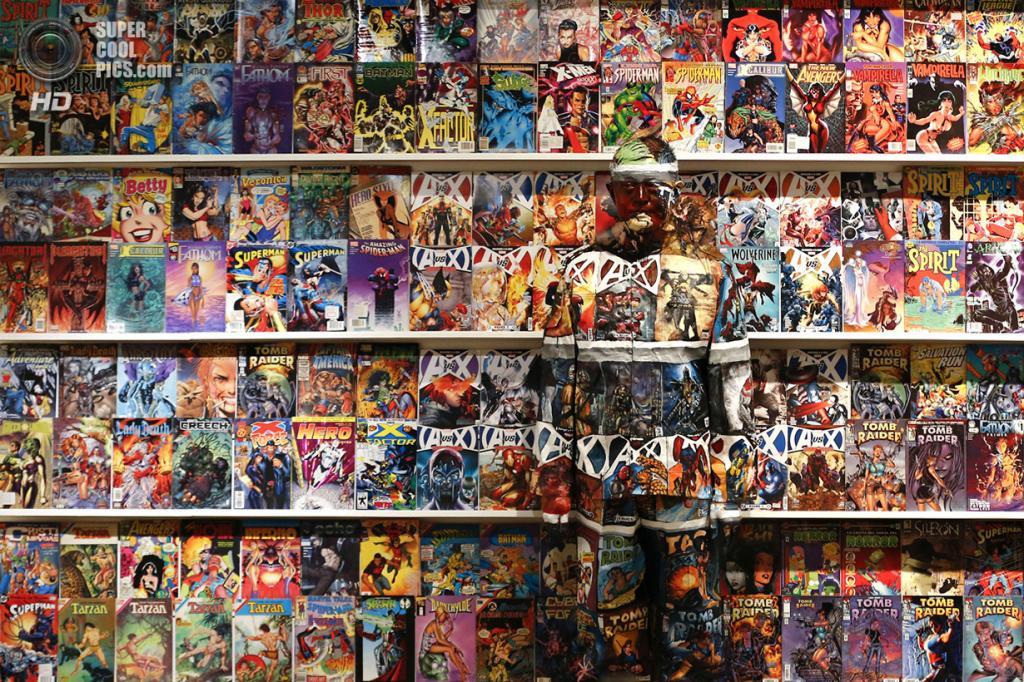Венесуэла. Каракас. 2 ноября 2013 года. Лю Болинь на фоне стенда с комиксами. (REUTERS/Jorge Silva)