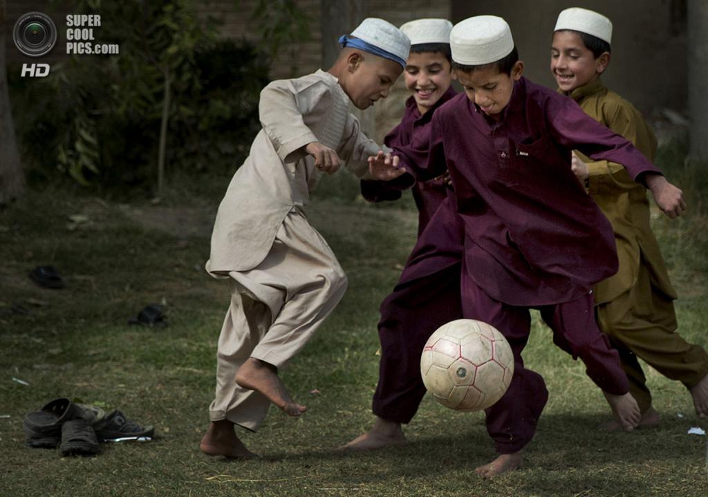 Афганистан. Кандагар. 29 октября 2013 года. Мальчики играют в футбол во время перемены между уроками в школе. (AP Photo/Anja Niedringhaus)