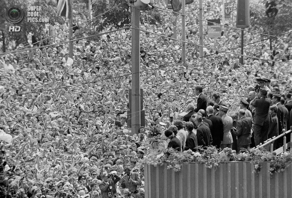 Германия. Берлин. 26 июня 1963 года. Миллионы доброжелателей встречают президента США Джона Ф. Кеннеди у Красной ратуши. Здесь он получил самый тёплый приём за всю свою карьеру политика. (AP Photo)